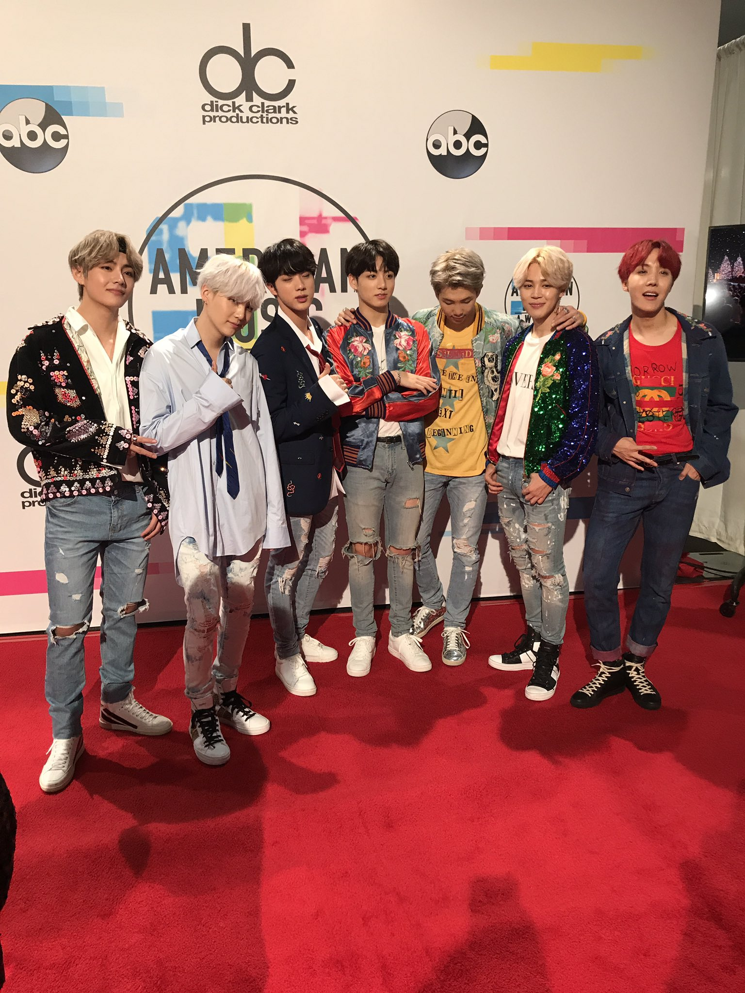 And a few more for the amazing fans of @BTS_twt @bts_bighit @BTS_ARMY at tonight's #AMAs just moments ago. https://t.co/AwW1ivPhyO