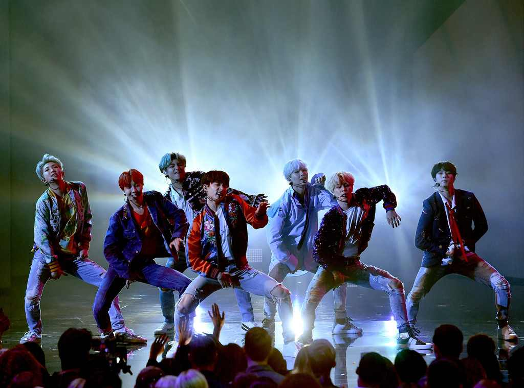 "BTS canta ""DNA"" no American Music Awards; veja vídeos da performance #BTSxAMAs #AMAs"