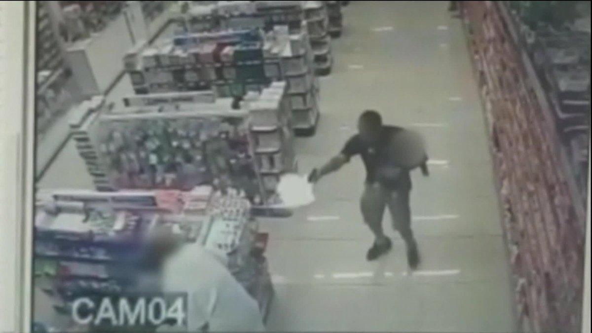 Com filho no colo, PM de folga reage a assalto e mata ladrões em farmácia em SP