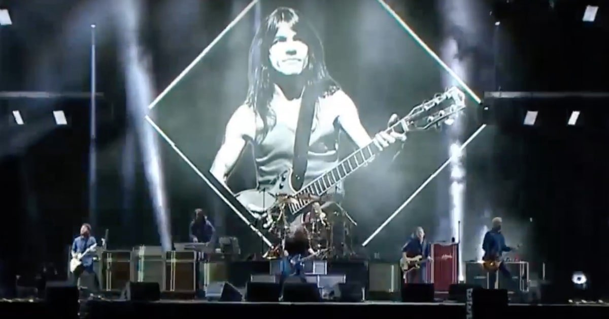 See Foo Fighters and Guns N' Roses' live tributes to AC/DC's Malcolm Young https://t.co/59OqsCMTyy https://t.co/Vu6HXzD8Vi