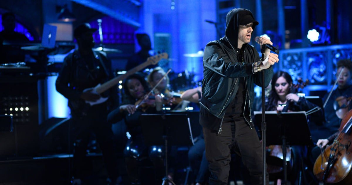 Watch Eminem deliver a three-song medley on #SNL https://t.co/tDmVsY8m7e https://t.co/GmifxPImCY
