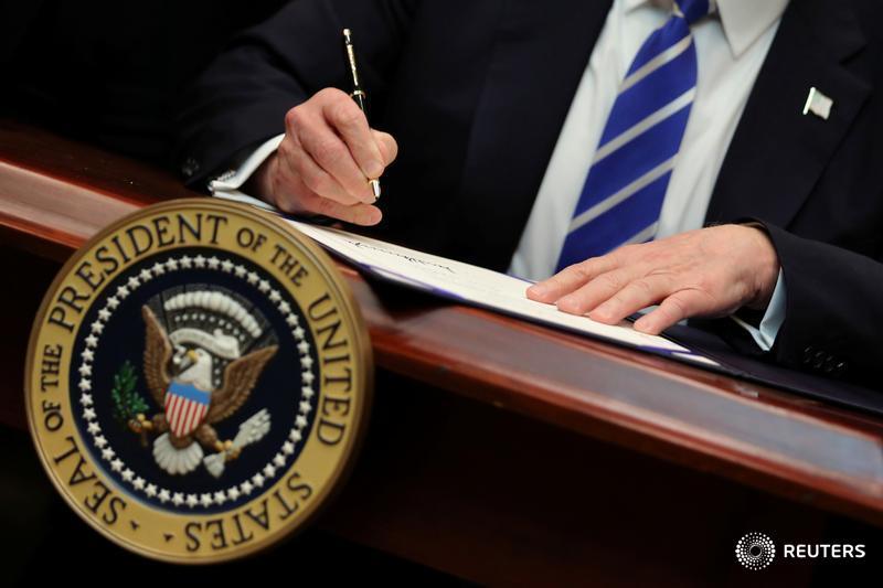 White House asks Supreme Court to allow full travel ban. https://t.co/sQgzbEo8ls https://t.co/O7vKbAPtXr