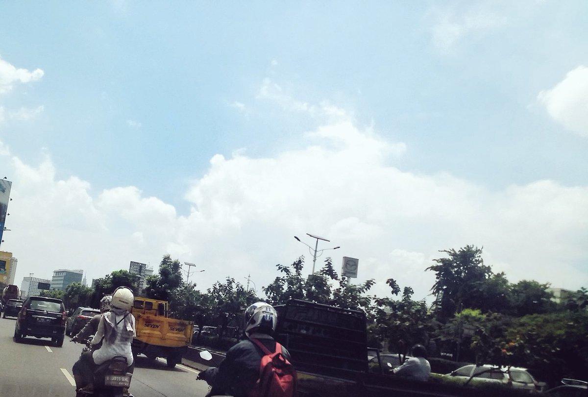 #TMCJakarta: 12:14 Imbas antrian Traffic Light Slipi, Tomang arah ke Semanggi lalin padat merayap. Donynugroho https://t.co/40qfvDRgfc