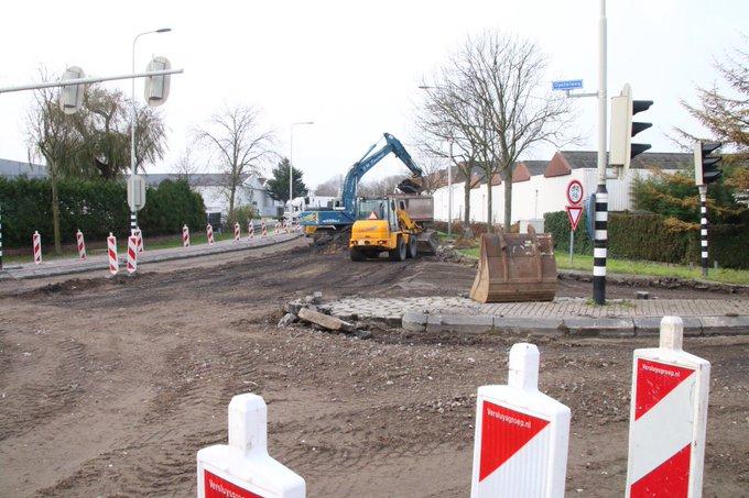 Werkzaamheden aan de kruising Galgeweg/Opstalweg Naaldwijk in volle gang. Verkeer moet komende week omrijden. https://t.co/IXa23lxOyl