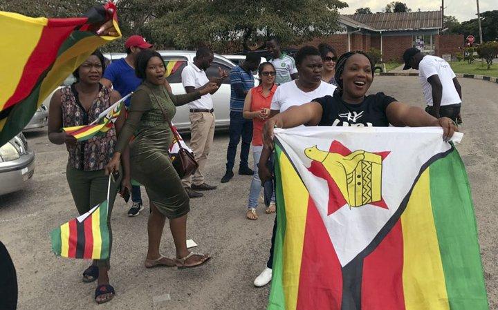 @BroadcastImagem: Populares aguardam chegada de Mnangagwa, que deve tomar posse da presidência do Zimbábue na 6ªfeira. Ben Curtis/AP