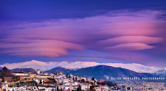 Nubes lenticulares sobre Granada.. Foto realizada por Guido Montañes #PlanesGranada https://t.co/ycmUjTID6L