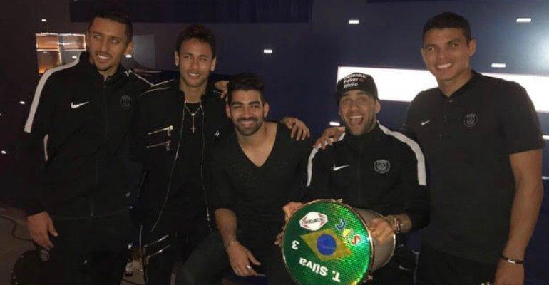 Dilsinho. Foto do site da Caras Brasil que mostra Neymar festeja vitória em show privado com o cantor Dilsinho