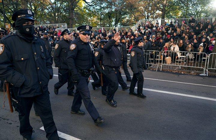 @BroadcastImagem: Policiais de Nova York são saudados antes do início do desfile do Dia de Ação de Graças. Craig Ruttle/AP