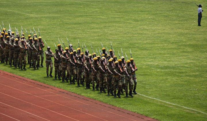 @BroadcastImagem: Militares zimbabuenses participam de ensaio para a cerimônia de posse de Mnangagwa, em Harare. Ben Curtis/AP