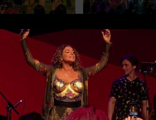 Daniela Mercury. Foto do site da BN Holofote que mostra Daniela Mercury protesta com os seios de fora em show no Masp