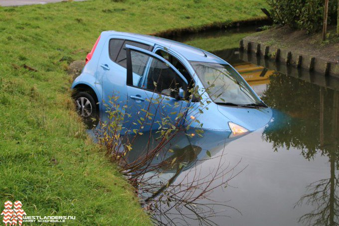 Auto te water aan de Tuinveldlaan https://t.co/ybxIro8WTK https://t.co/pHJ1HIC1Dv