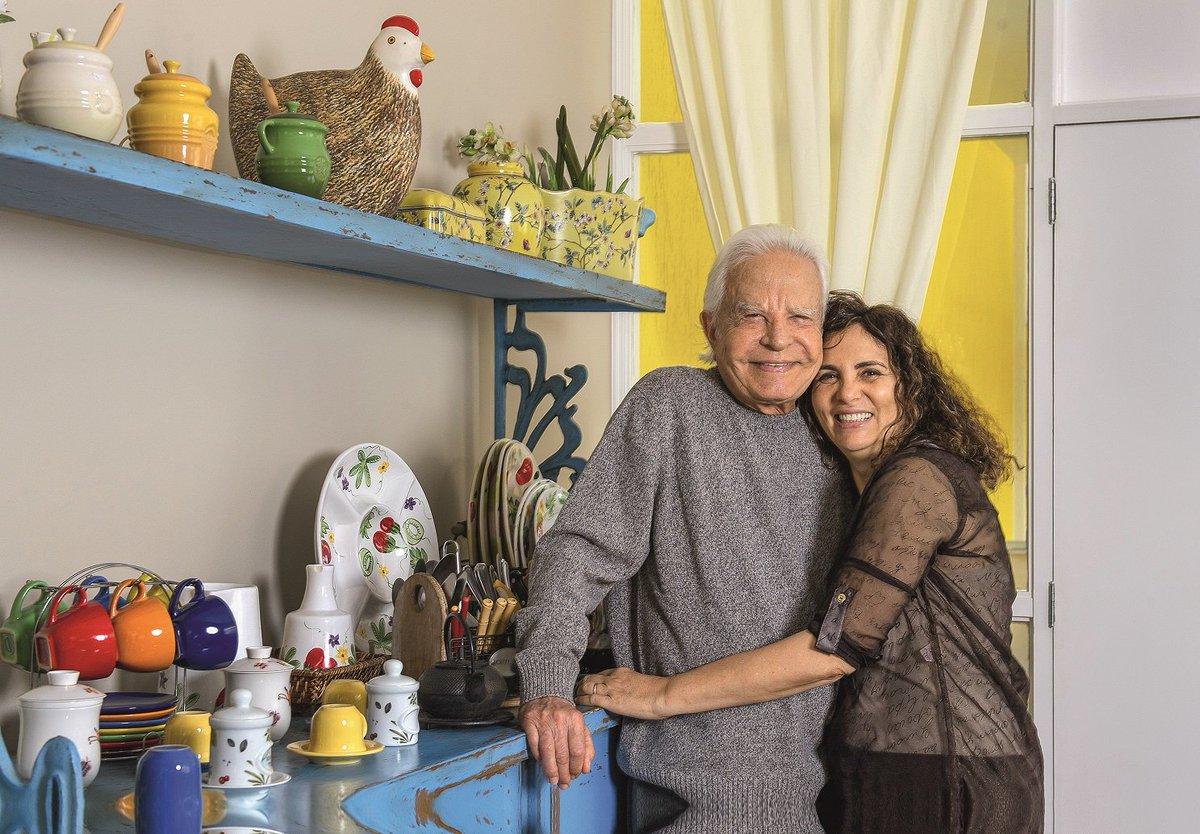Cid Moreira. Foto do site da Caras Brasil que mostra Cid Moreira abriu as portas da sua casa no Rio de Janeiro para a Tv CARAS!