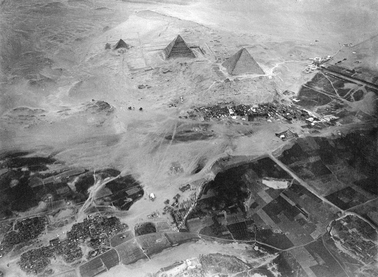 Great Pyramids urbanization: 1904 (from a balloon) 2017 (Google Earth) https://t.co/5WXgY5tiNL