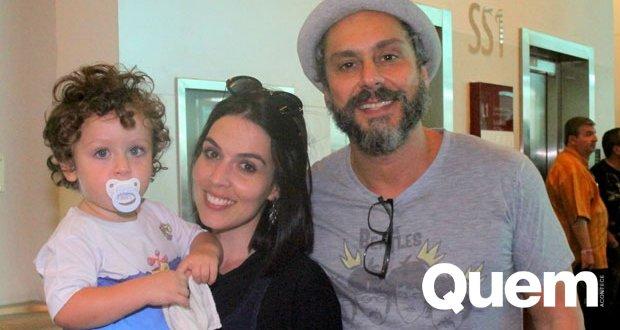 Alexandre Nero. Foto do site da Quem Acontece que mostra Com mulher e filhinho, Alexandre Nero vê espetáculo sobre os Beatles no Rio.