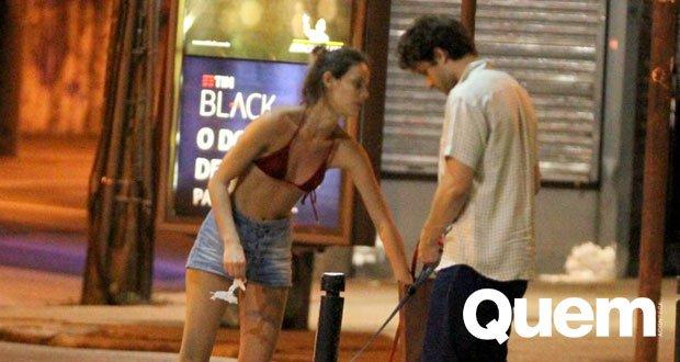 Chay Suede. Foto do site da Quem Acontece que mostra Chay Suede e Laura Neiva passeiam com cachorros no Rio.