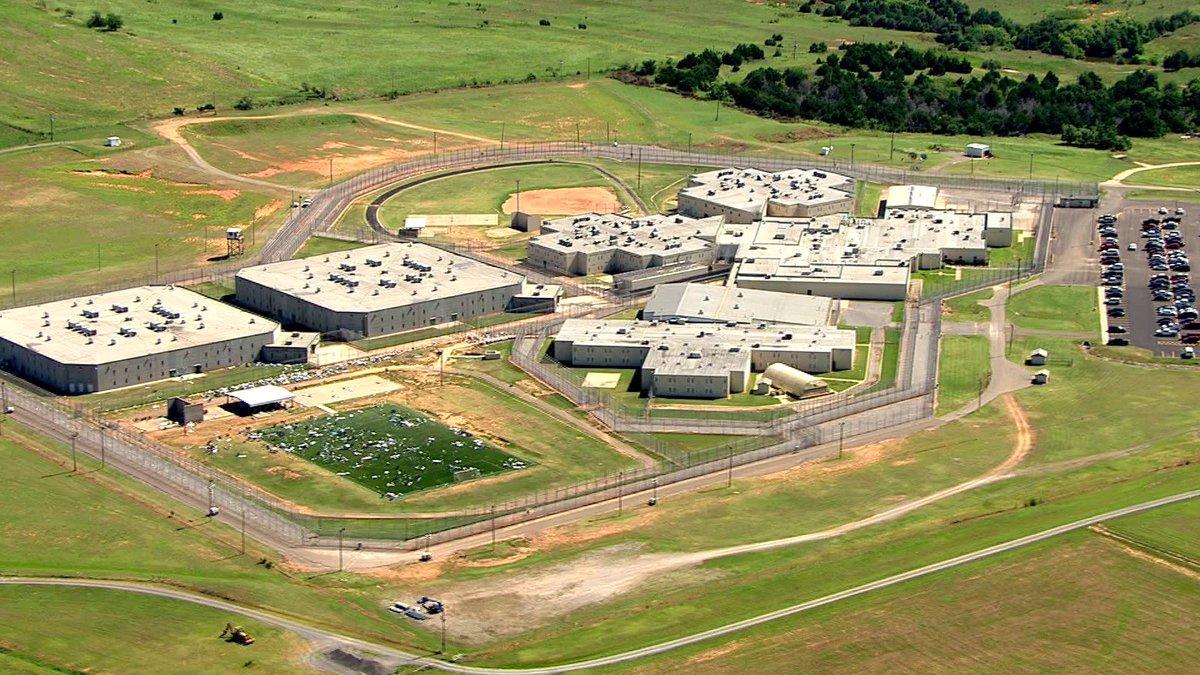 Oklahoma correctional officer pleads guilty tobribery