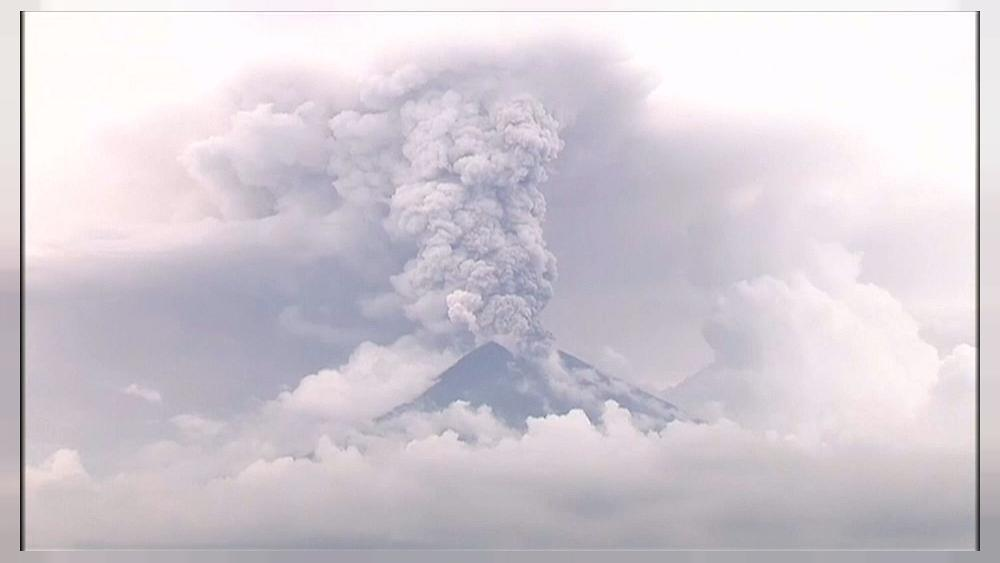 """Bali airport reopens but Agung volcano at """"maximum risk"""" of eruption"""