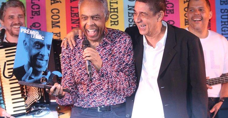Gilberto Gil. Foto do site da Caras Brasil que mostra Gilberto Gil recebe o prêmio UBC das mãos de Zeca Pagodinho em festa no Rio! Confira