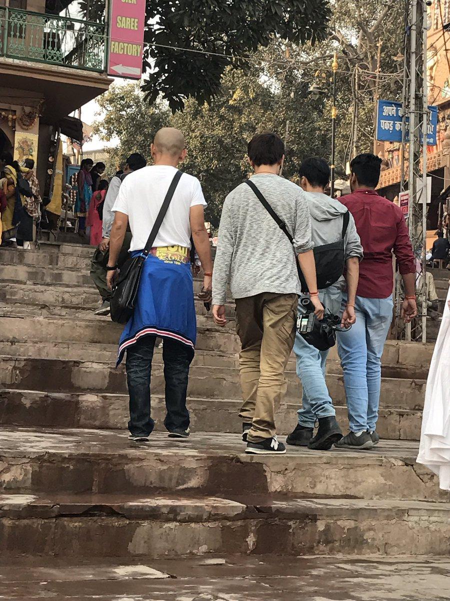 test ツイッターメディア - 『笑ってこらえて』のクルー発見!インド人に質問していたようですが、私達が行った時にはもう引き上げていました💨放送は年明け。内容は観てからのお楽しみ。だそうです^ ^ #バラナシ #笑ってこらえて #インドはまさに笑ってこらえよう(許そう)#ルドラゲストハウス #インド日本人在住宿 https://t.co/1pP4SSdLp1