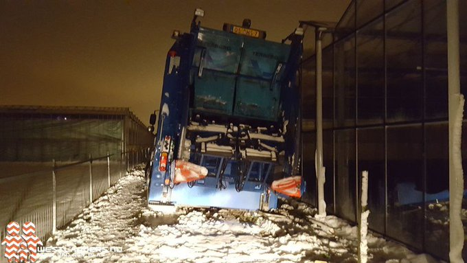 Verkeer gestrand door extreme sneeuwval https://t.co/6uKxqLq7hc https://t.co/Xes6yontVL