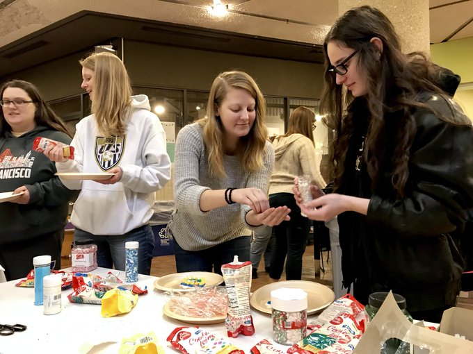 Take a break from finals and decorate a holiday cookie on the lower level of @UISLib until 5 p.m. The best part is you get to eat your work! #holidays #finals https://t.co/rlrr5Pbi69