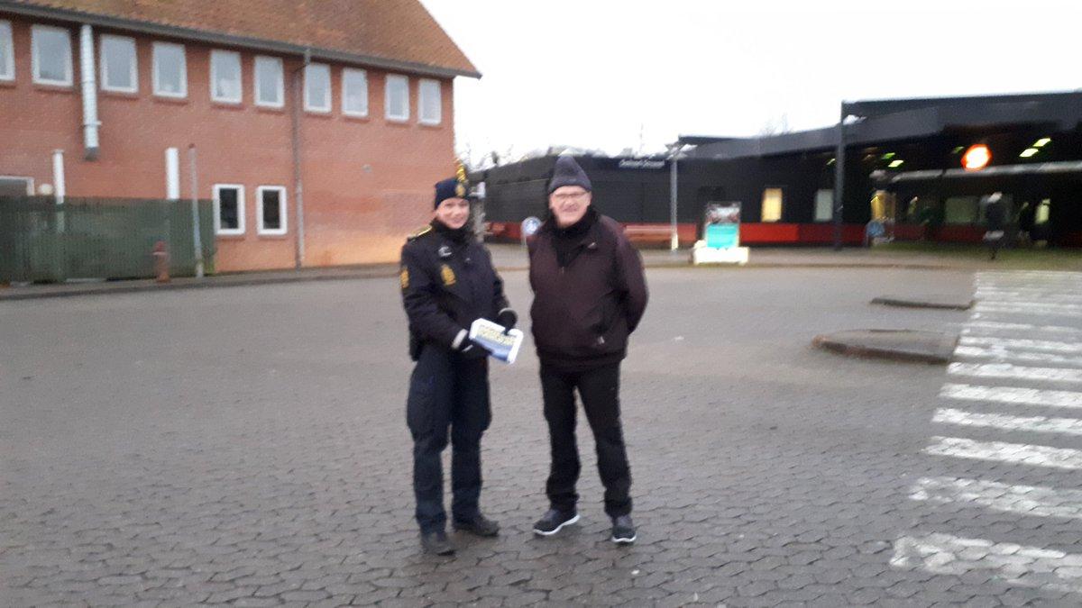 Forebyggelse øst Greve på tur i Solrød, hvor der omdeles foldere og ønskes god jul https://t.co/ueFqpOOCXi