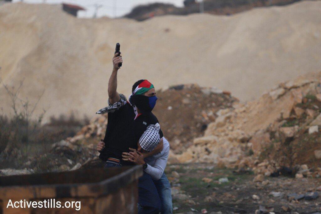 Undercover Israeli soldier arresting Palestinian protester in Ramallah a few minutes ago (@OrenZiv1985 / @activestills) https://t.co/DzR6vTNTG7