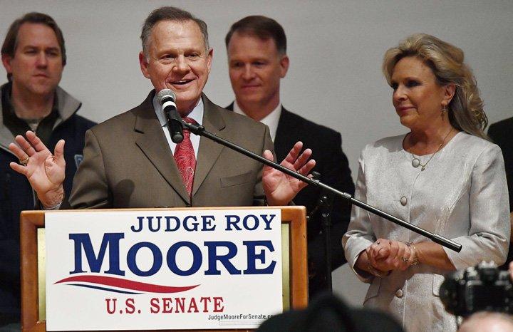 @BroadcastImagem: EUA: Boca de urna indica disputa acirrada por cadeira do Alabama no Senado. Mike Stewart/AP