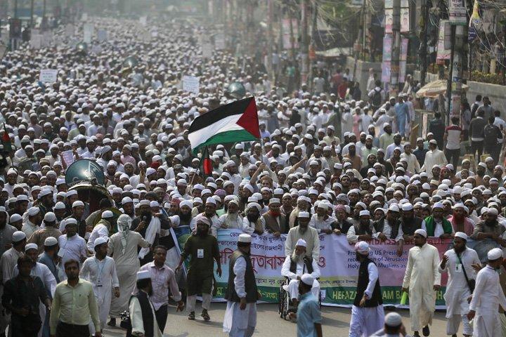 @BroadcastImagem: Em Daca, muçulmanos protestam contra decisão de Trump de reconhecer Jerusalém como capital de Israel. A.M.Ahad/AP