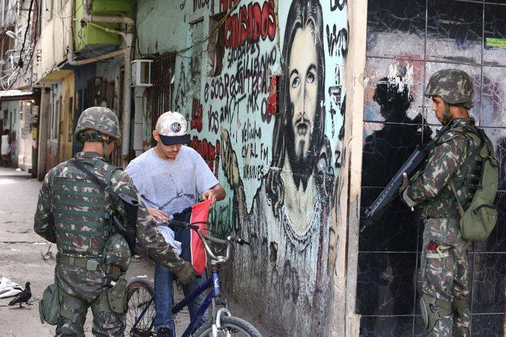 @BroadcastImagem: Homens do Exército realizam operação no Complexo da Maré, zona norte do Rio. Fábio Motta/Estadão