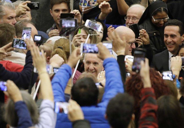 @BroadcastImagem: Vaticano afirma que Papa não usa serviço de mensagem, nem manda bênçãos pelo WhatsApp. Alessandra Tarantino/AP