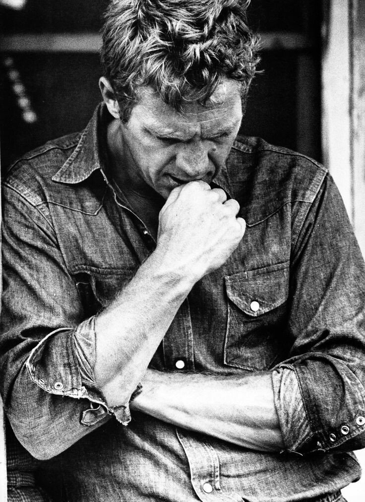 """""""In jeans and denim shirt, he leans against the front fender of a 1934 Ford"""" #MondoDiVersi/Carver https://t.co/KGH6ns87Bz"""