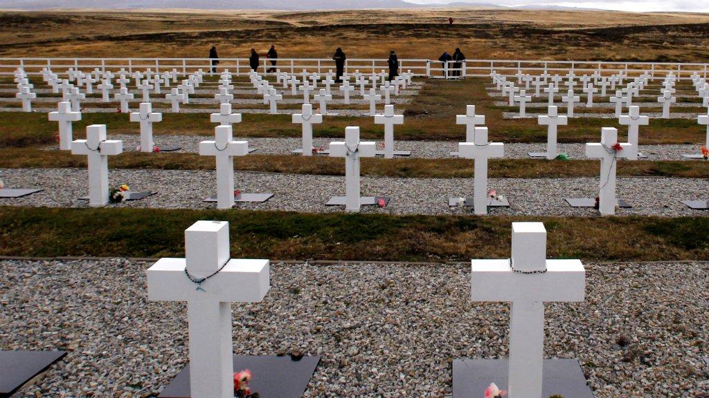 Identifican 88 cuerpos de excombatientes argentinos de Malvinas sepultados como N.N.