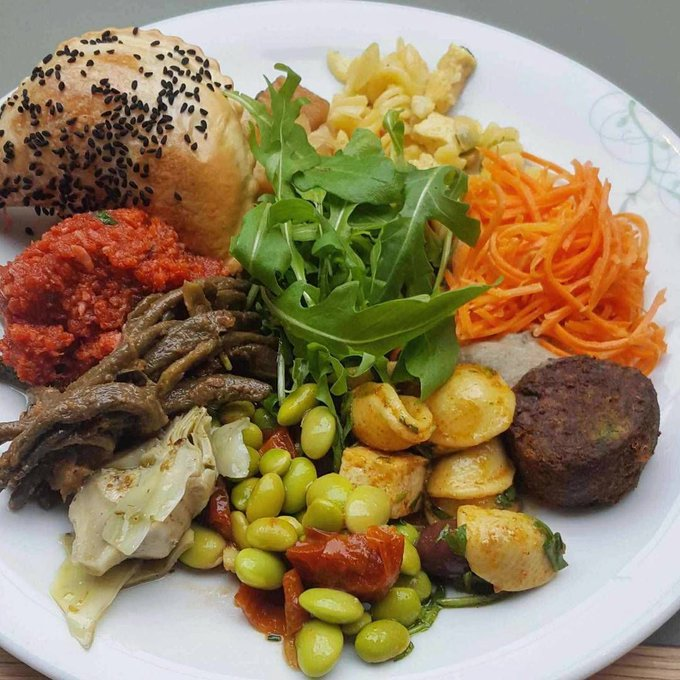 A colourful and nutritional plate for @poppyandthebees - Turkish pide, falafel and all the salads