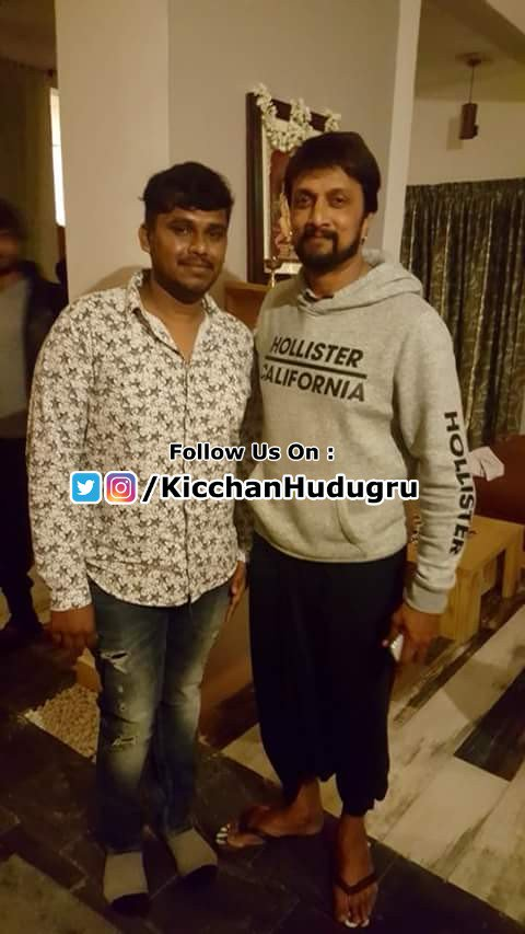 Namma @KicchaSudeep anna with a fan... #Recent Pic #AbhimaanigalaAbhimaani #AbhinayaChakravarthi https://t.co/Wh1fFpDxZh