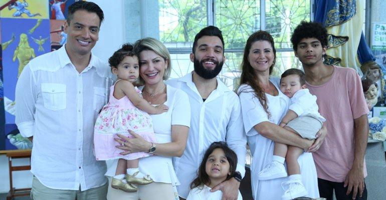 Antonia Fontenelle. Foto do site da Caras Brasil que mostra Antonia Fontenelle e Jonathan Costa batizam o herdeiro, Salvatore