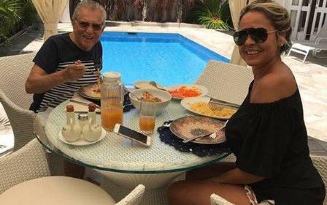 Carlos Alberto De Nobrega. Foto do site da IG Gente que mostra Carlos Alberto de Nóbrega fica noivo de nutricionista 43 anos mais jovem