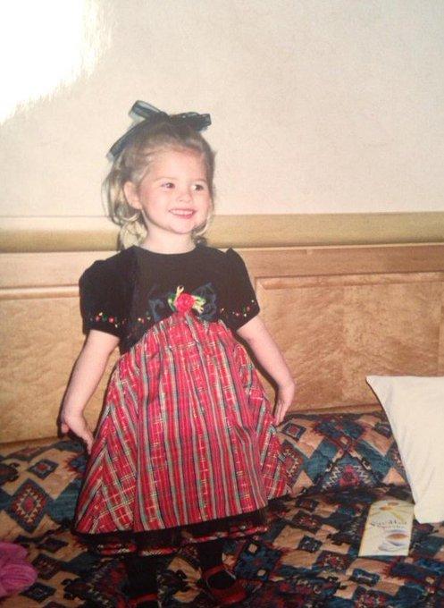 Feliz Aniversário de 21 anos Stefanie Scott!