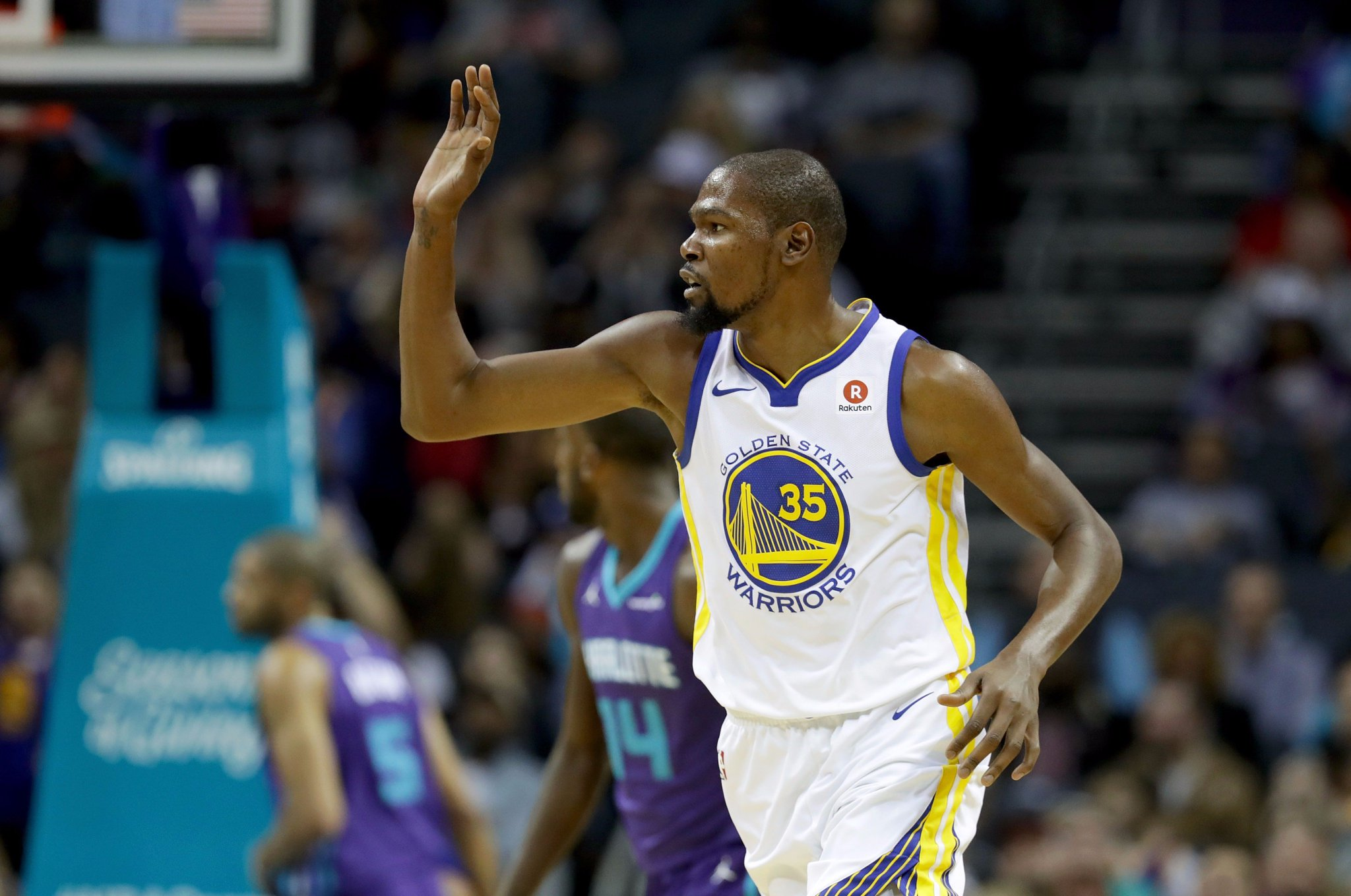 KD has 20 PTS & 6 REBS on ESPN!  Halftime: #DubNation 53 / #BuzzCity 38  GSW looking for their 5th consecutive win. https://t.co/Dc90onvQYb