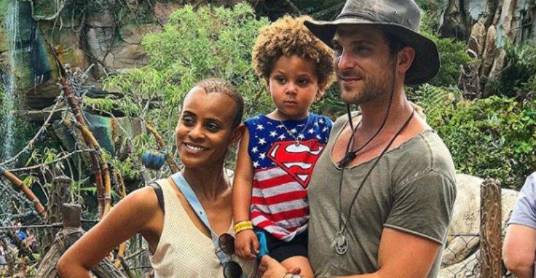 Aline Wirley. Foto do site da Contigo que mostra Aline Wirley se derrete com foto do marido com o filho: Eles ❤