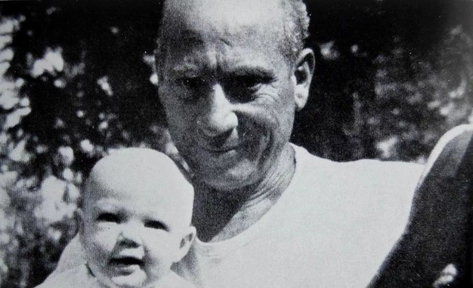 #HarpoMarx and his daughterMinnie. https://t.co/7XaUsmf8WG