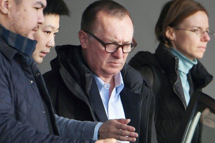 @BroadcastImagem: Jeffrey Feltman (c), representante da ONU, deixa a Coreia do Norte após rara visita. Minoru Iwasaki/AP