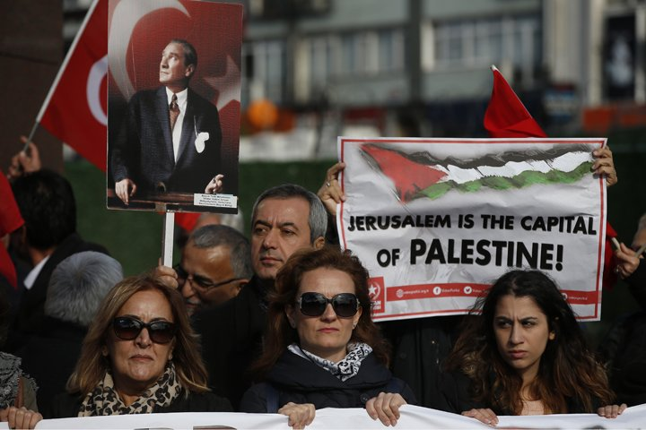@BroadcastImagem: Ato em Istambul protesta contra o reconhecimento de Jerusalém como a capital de Israel. Lefteris Pitarakis/AP