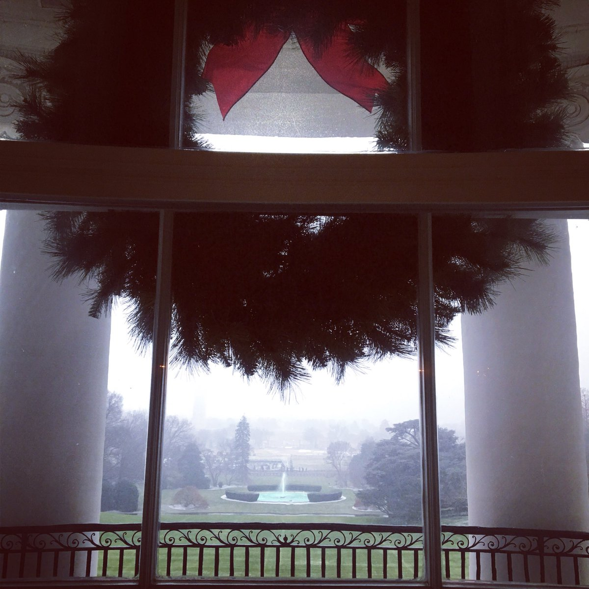Beautiful morning @WhiteHouse #Christmas. First #snowday2017 https://t.co/m2YGh4e18M