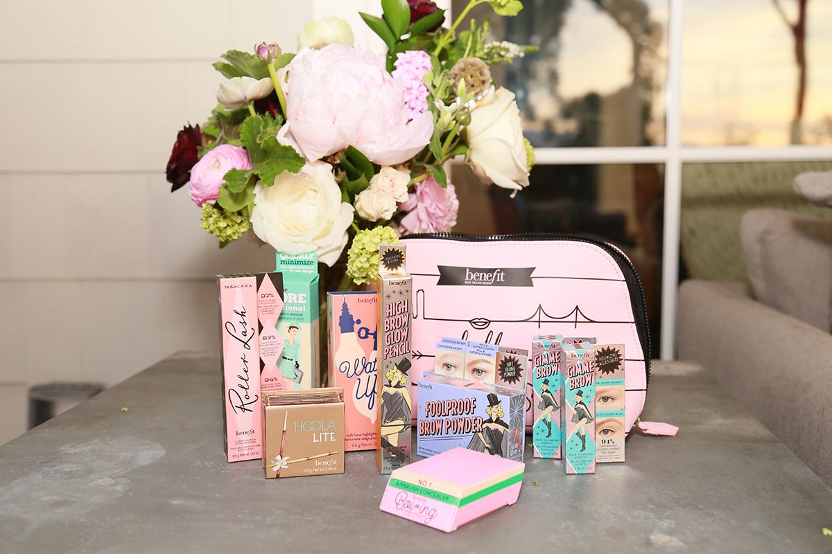 💋 🎁  Today I'm giving away a @benefitbeauty makeup bag filled with hero eyebrow products! Trust me… when your friends see you, they're going to have some major eyebrow envy. Head on over to my Instagram to see how to enter! https://t.co/4f1R5r8QC1 #MollysMerry12DaysofGiveaways https://t.co/JKdVADRdG8