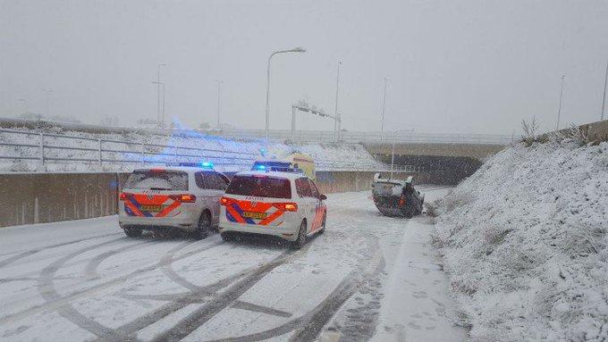 Naaldwijk Auto onderste boven na slippartij in de sneeuw. Bestuurder richting ziekenhuis. https://t.co/w82tY2TOLI