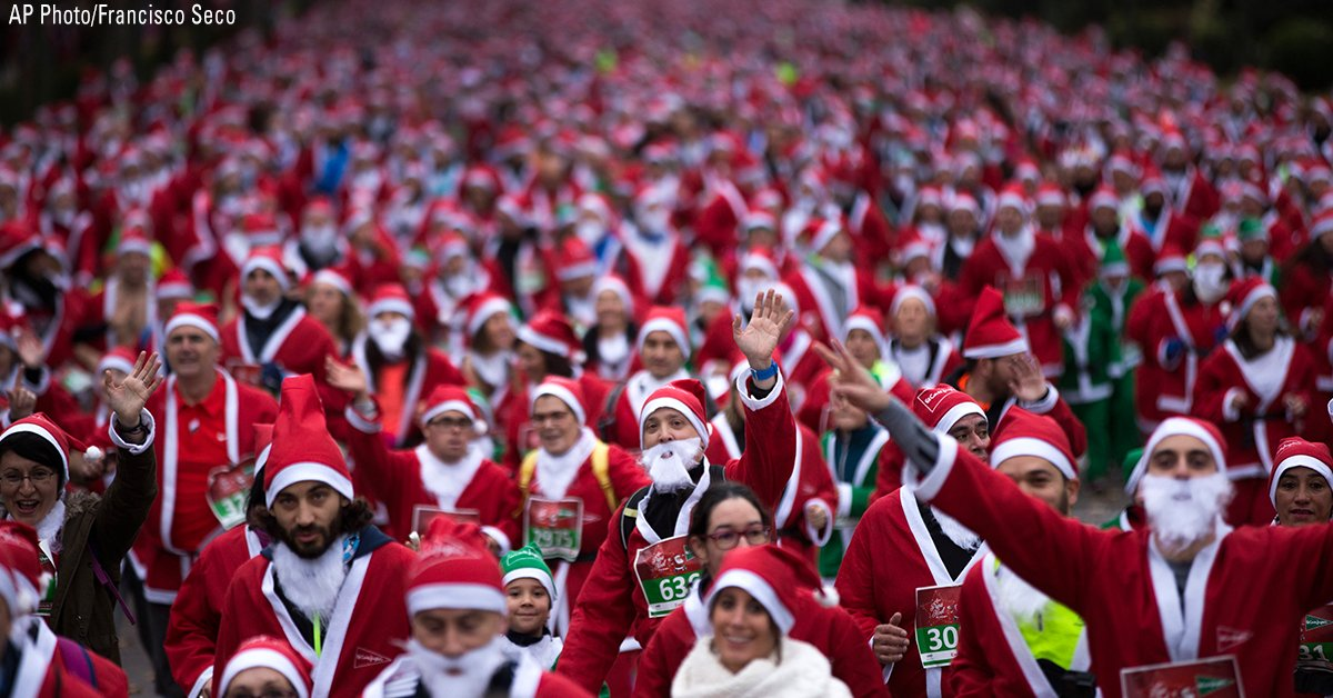 People dressed in Santa Claus costumes take part in the annual Santa race through the streets of Madrid. https://t.co/ydU1g6d7Qe