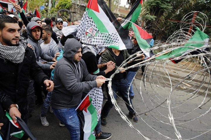 @BroadcastImagem: LÍBANO: manifestantes libaneses e palestinos protestam fora da embaixada dos EUA em Beirute. Bilal Hussein/AP