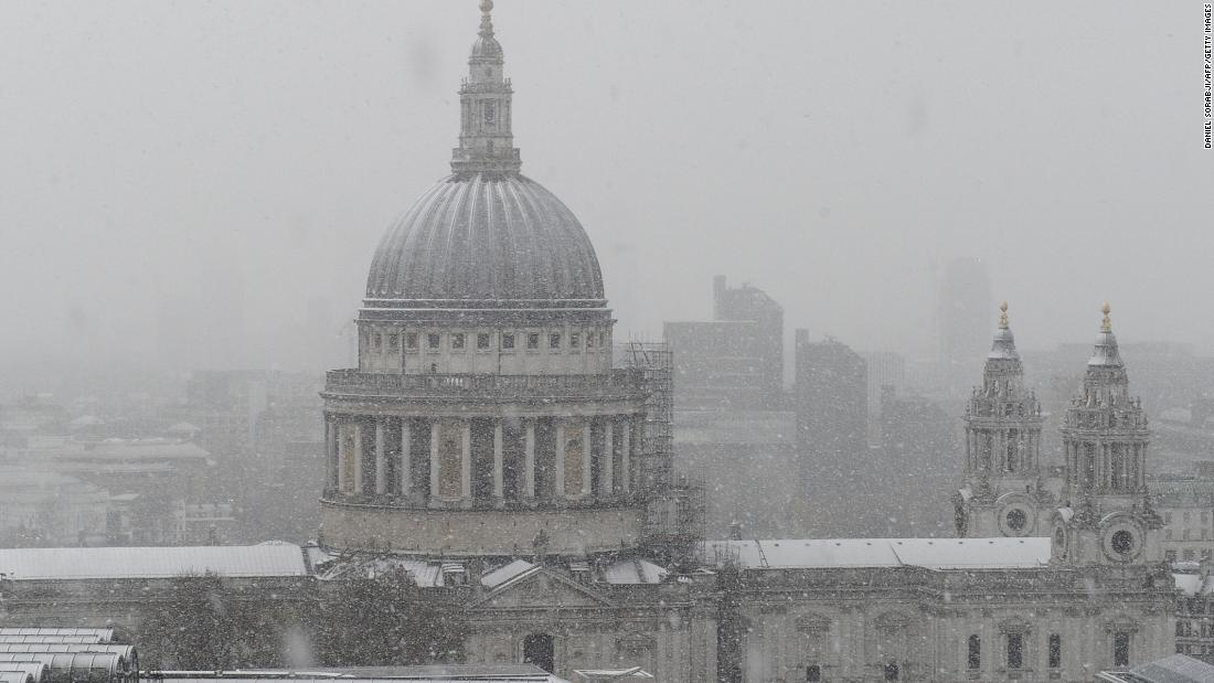 Heavy snow brings travel chaos to UK