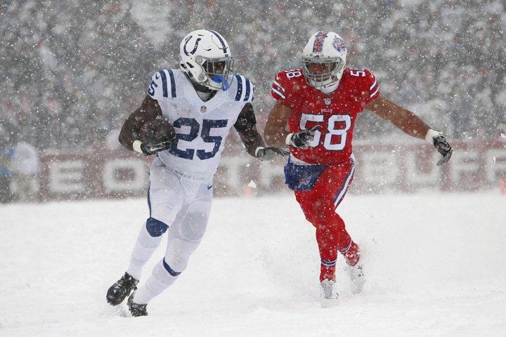 @BroadcastImagem: Indianapolis Colts e Buffalo Bills jogam sob nevasca em partida na NFL em Buffalo, EUA. Jeffrey T. Barnes/AP